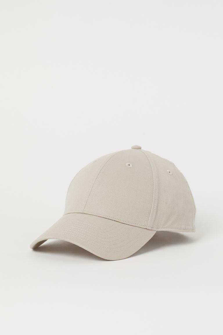Gorra en sarga de algodón con trabilla ajustable y cierre de metal detrás.