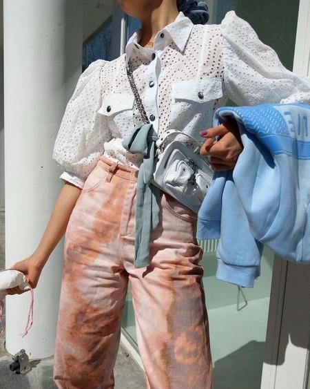 Si no sabes cómo combinar tu vaquero tie-dye, las camisas y blusas de bordado inglés pueden ser lo que estás buscando