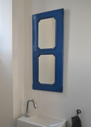 Recicladecoración: un espejo de baño a partir de una puerta de un viejo mueble