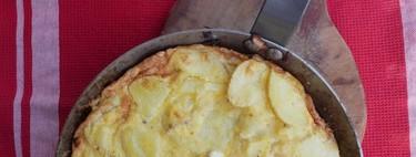 Cómo hacer la tortilla de patata en una sola sartén y sin darle la vuelta: receta fácil y rápida