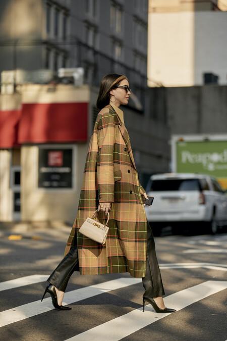 Desde modelos en tonos neutros hasta diseños repletos de color, los abrigos de cuadros serán los imprescindibles de esta temporada