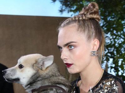 Cuando Cara Delevingne no puede pasar desapercibida, aparece con su mascota en el desfile de Alta Costura de Chanel