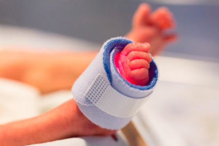 Nace por cesárea el primer bebé prematuro libre de coronavirus de una embarazada infectada