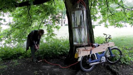 Esta moto casera funciona con gas metano extraído de los lagos de su ciudad, alcanza 43 km/h y trae una reivindicación