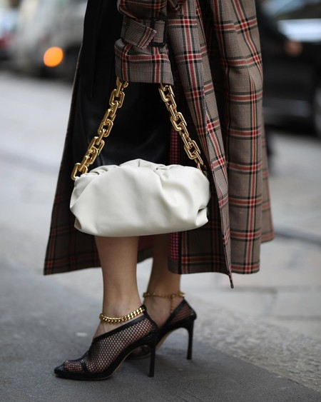 """Después del clutch """"The pouch"""", Bottega Veneta invade el street style con su nuevo bolso """"The chain pouch"""""""