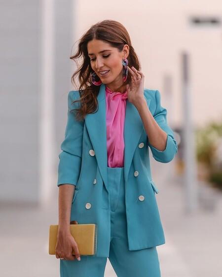 Cinco trajes de chaqueta rebajados repletos de color que podrían ser un perfecto look de invitada de boda