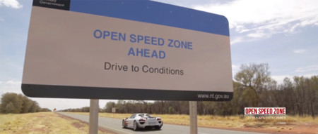 El Porsche 918 Spyder a 350 km/h en Australia en carretera abierta. ¡Como para que se le cruce un canguro!
