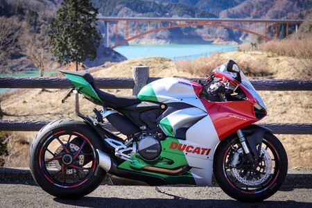 Ducati Panigale V2 Tricolore 2021