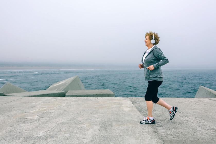 Cómo entrenar después de los 50 (y las mejores actividades y ejercicios para hacer en la menopausia)