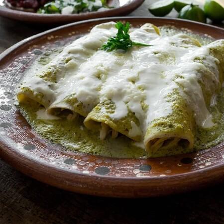 Enchiladas suizas verdes. Receta fácil de la cocina tradicional