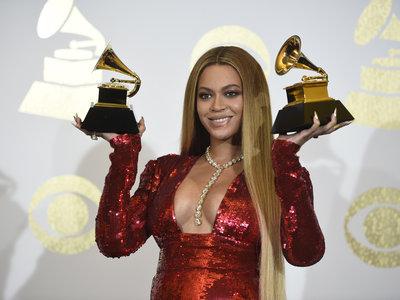 Beyoncé y Solange Knowles, pura sofisticación (y originalidad) en la alfombra roja de los Grammy 2017