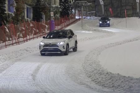 Toyota Rav4 Hybrid AWD-i subiendo en nieve