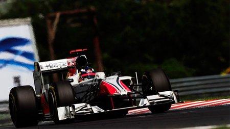 GP de Hungría F1 2011: HRT lleva a los dos coches a la línea de meta y Daniel Ricciardo termina por delante de Vitantonio Liuzzi