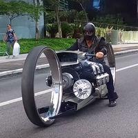 Una moto con motor de avión y ruedas de un metro de diámetro: así rugen la TMC Dumont y sus 300 caballos