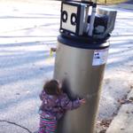 Esta niña de tres años confunde un calentador de agua con un robot y es pura ternura