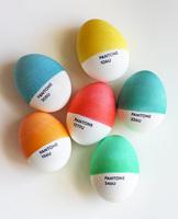 Huevos de Pascua decorados con colores Pantone