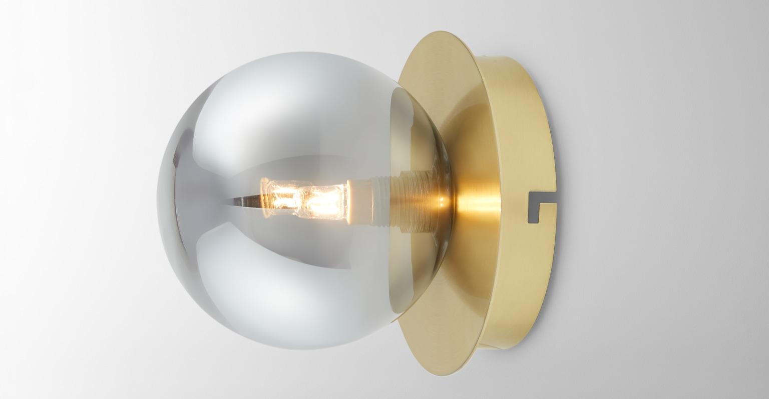 Boll Lámpara de pared Boll, latón y cristal ahumado