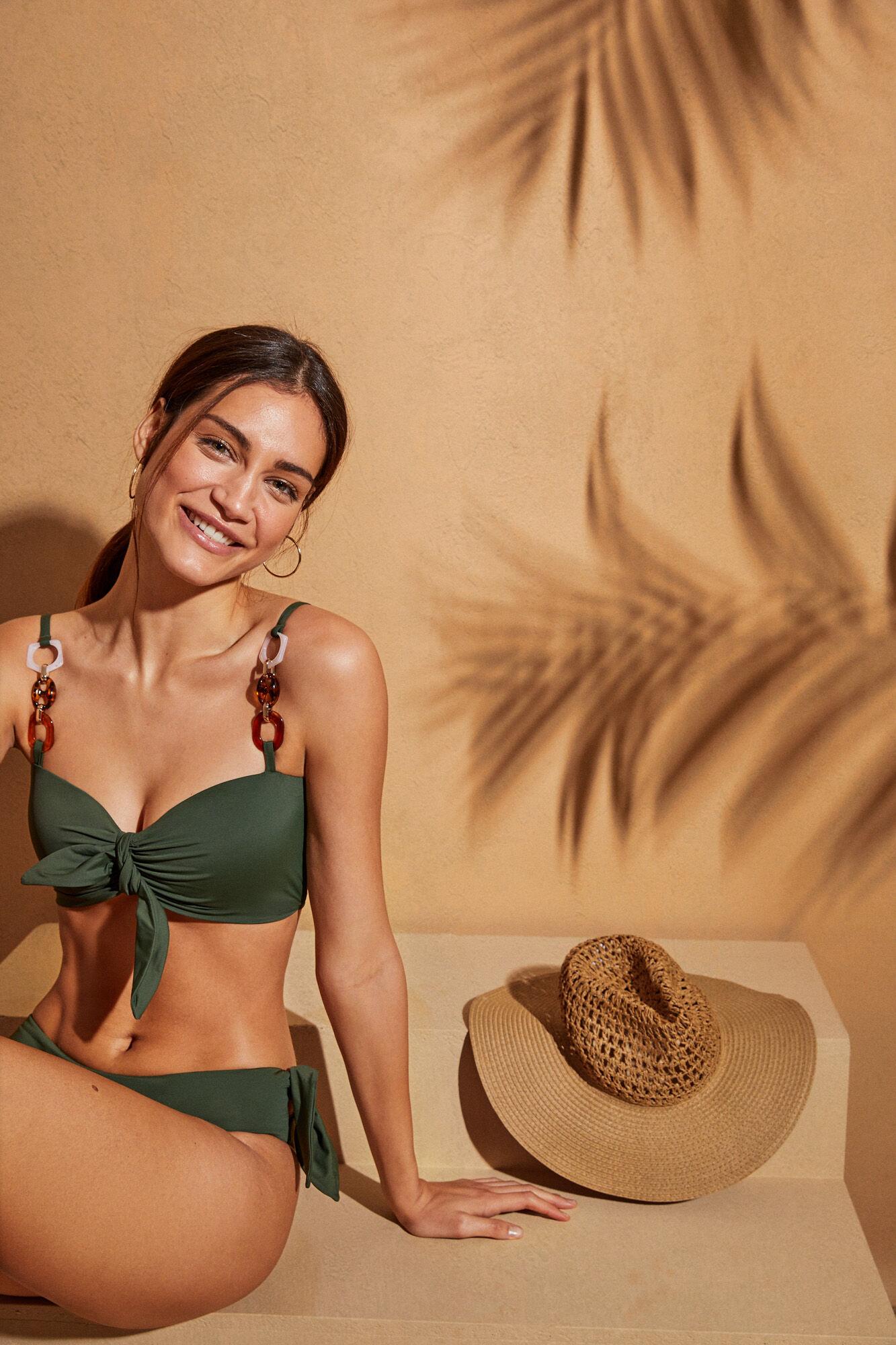 Bikini con top bralette verde con tirantes cadena marrones