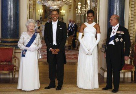 Juego de damas (y caballeros) en la cena de gala en Buckingham Palace. Espectacular Michelle de Tom Ford