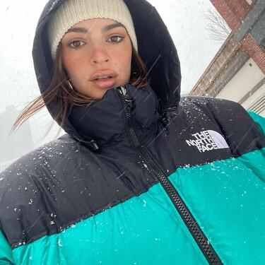Emily Ratajkowski sabe desprender estilo bajo la nieve con su plumón The North Face: siete versiones rebajadas para lograr un efecto parecido