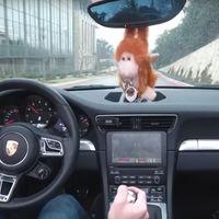 Cómo alcanzar el epítome de la estupidez usando un Porsche 911 para jugar a un videojuego