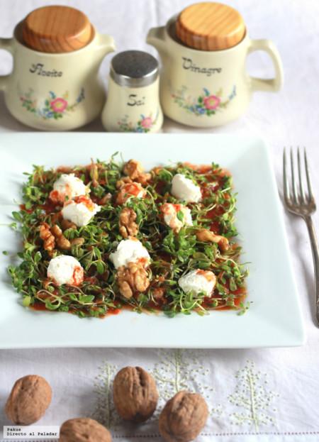 Ensalada de corujas, queso de cabra, nueces y tomate rallado. Receta de primavera
