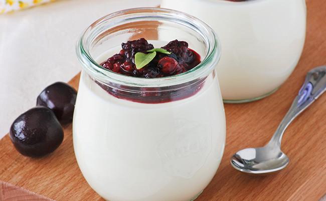 Pannacotta de queso fresco y miel con frutos rojos al balsámico: receta de postre en vasitos