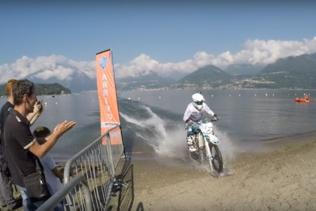 ¡A más de 93,3 km/h sobre el agua y con una moto de cross!: el nuevo intento de Récord Guinness de Lucas Colombo