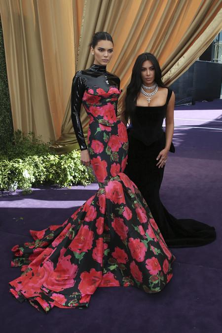 Kim Kardashian apuesta de nuevo por el color negro para acudir a los Premios Emmy 2019 (y le da más volumen a su trasero)