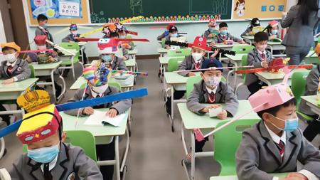 Los curiosos sombreros de los niños chinos para mantener la distancia social en su vuelta al cole