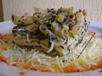 Receta de Macarrones con morcilla de burgos, piñones y espinacas gratinados con bechamel