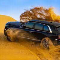 ¡Bárbaro! Así se mueve el SUV Rolls-Royce Cullinan trotando con sus 571 caballos por el desierto, en vídeo