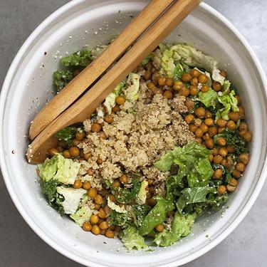 Ensalada de garbanzos tostados y col rizada kale: receta vegana para disfrutar de la comida