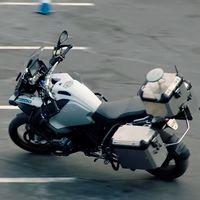 No es un fantasma, es BMW demostrando que trabaja muy en serio con las motos que se conducen solas