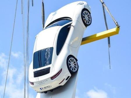 ¿Crees que lo has visto todo? El nuevo Porsche 911 es captado en la cima de una escultura de 24 metros