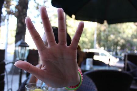 diciendo que no o stop con la mano