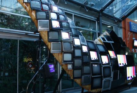Con más de 100 toneladas de TVs viejos, Samsung elabora una escultura interactiva para Maloka