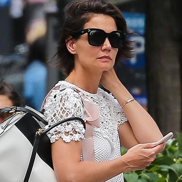 Katie Holmes nos inspira para el verano con un look básico (y te damos las opciones para copiarlo)