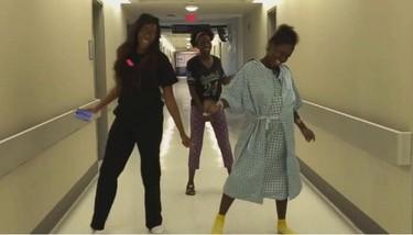 Interesante y divertido consejo: bailar entre contracciones para inducir el parto