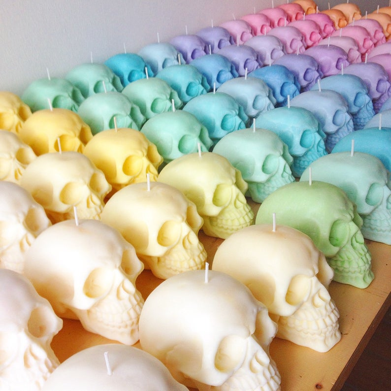 Velas de cráneo en tonos pastel