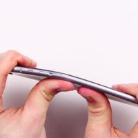 La teoría de lo absurdo, cuando destrozar cada nuevo dispositivo Apple se convierte en una moda