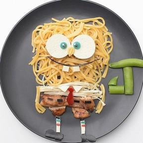 Mamá hace obras de arte infantiles con comida saludable para sus hijos