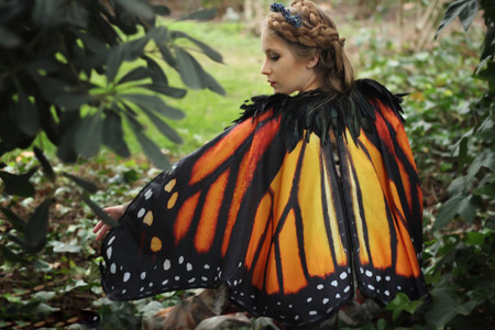 Estas increíbles capas con estampados de mariposa le dan alas a nuestro outfit
