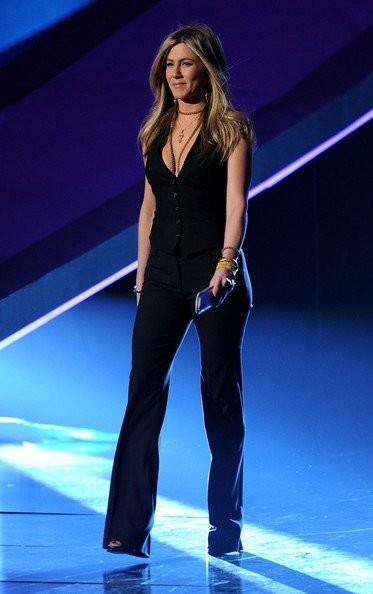 Luce un estilismo masculino como el de Jennifer Aniston