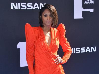 Ciara nos deja sin palabras con este vestidazo de color naranja neon durante los premios BET 2019