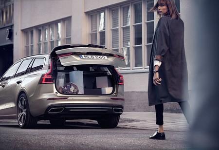 Mujer Maletero Volvo