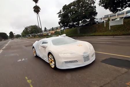 ¿Se te ocurre algo más orgásmico que el unboxing de un Bugatti Chiron?