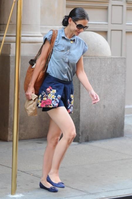Vaquera (Katie Holmes) anda suelta por la ciudad...