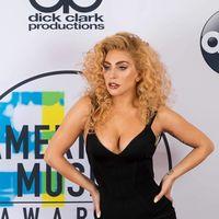 Lady Gaga rinde homenaje a Azzedine Alaïa en su propia alfombra roja de los Premios AMA's 2017