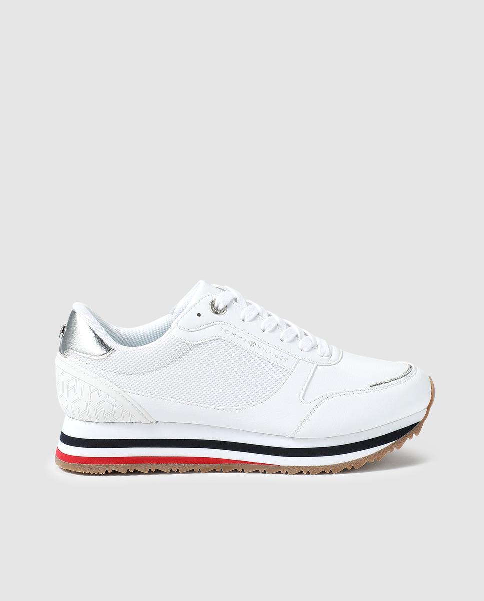 Zapatillas deportivas de color blanco con cordones